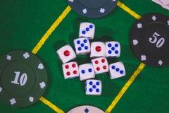 Dados, juego de las fichas de póker en la tabla Imágenes de archivo libres de regalías