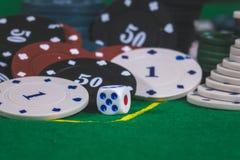 Dados, microplaquetas de pôquer na tabela Imagens de Stock