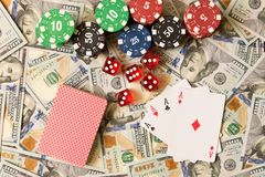 Dados, naipes y fichas de póker en el fondo de la dispersión Foto de archivo libre de regalías