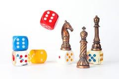 Dados plásticos del ajedrez y de madera del metal Imagen de archivo