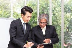 Dados plaining do homem de negócios na reunião Executivos que encontram a AR fotos de stock royalty free