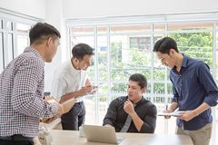 Dados plaining do homem de negócios na reunião Executivos que encontram-se em torno da mesa Povos asiáticos Homem de negócio novo fotos de stock royalty free
