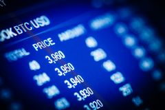 Dados que analisam no mercado de valores de ação da troca: as cartas e as citações o Imagens de Stock Royalty Free