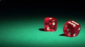 Dados rodantes en la cámara lenta Jugador que disfruta de la ocasión de ganar un juego en casino metrajes