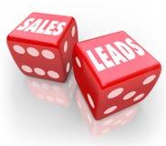 Dados rojos de las palabras de las ventajas de las ventas que juegan a nuevos clientes empresa Imágenes de archivo libres de regalías