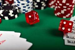 Dados rojos del póker que caen Imagen de archivo