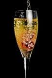 Dados rojos en el vidrio de champán que es llenado de muchas burbujas Fotos de archivo libres de regalías