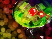 Dados rojos en un vidrio de cóctel en fondo del bokeh serie del casino fotos de archivo libres de regalías