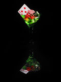 Dados rojos en un vidrio de cóctel en fondo negro serie del casino Fotografía de archivo