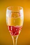 Dados rojos en una flauta de champán Imagen de archivo libre de regalías