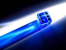 Dados translúcidos que brillan intensamente del azul Foto de archivo