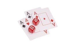 Dados vermelhos do casino e quatro cartões de jogo dos áss Imagem de Stock Royalty Free