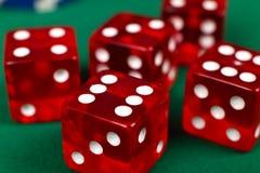Dados vermelhos na tabela verde Imagens de Stock Royalty Free