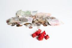 Dados y dinero rojos Fotografía de archivo