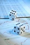 Dados y precios de las acciones Foto de archivo