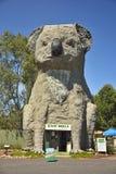 Dadswells Przerzuca most, Australia †'Styczeń, 2016 Gigantyczna koala, tworząca rzeźbiarzem Ben Samochód dostawczy Zetten w Dad Obrazy Stock