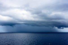 Daek slösar havsfärg och stormar regna molnbakgrund Arkivbild