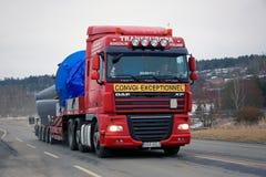 DAF Semi Hauls Oversize Load rosso Fotografie Stock Libere da Diritti