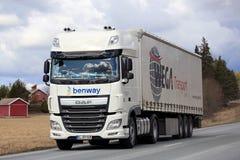 DAF Semi Truck blanc sur la route rurale Photographie stock libre de droits