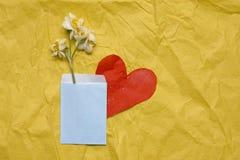 Daffodils весны на желтом ремесле завертывают предпосылку в бумагу, в bl Стоковая Фотография