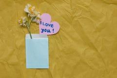Daffodils весны на желтом ремесле завертывают предпосылку в бумагу, в bl Стоковое фото RF