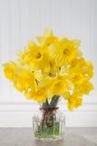 Daffodils в вазе в деревенской установке - вертикали Стоковое Изображение RF