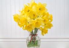 Daffodils в вазе в деревенской установке - горизонтальной Стоковые Изображения