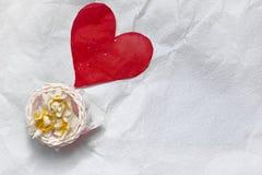 Daffodils в корзине на белой бумаге ремесла сверху, космос экземпляра Стоковое Изображение RF
