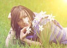 Daffodils молодой женщины стоковые изображения