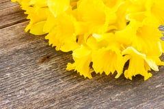 Daffodils на деревянной предпосылке Стоковые Изображения
