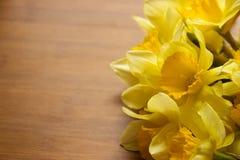 Daffodils на деревянном столе Стоковые Изображения RF