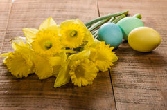 Daffodils and dyed Easter eggs Royalty Free Stock Image