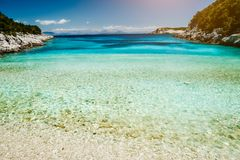 Dafnoudi plaża w Kefalonia, Grecja Daleka laguna z czystą czystą turkusową wodą morską, biel skałami i cyprysowymi drzewami, obraz stock