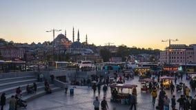 Dag aan de menigte van de nachttijdspanne van mensen bij Bazaar in Istanboel, Turkije stock video