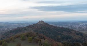 Dag aan de mening van de nachttijdspanne van Hohenzollern-Kasteel, Duitsland stock footage