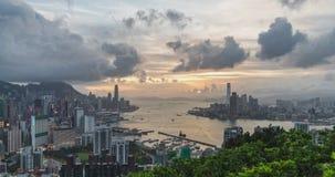 Dag aan nacht-tijdspanne van landschap of cityscape van Hong Kong-eiland, Victoria-haven, en Kowloon-stad stock video