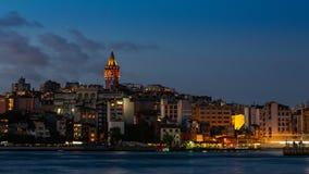 Dag aan nacht timelapse van cityscape van Istanboel met Galata-Toren en drijvende toeristenboten in Bosphorus stock footage