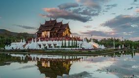 Dag aan nacht timelapse van Koninklijke Floratempel Chiang Mai, Thailand stock footage