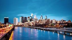 Dag aan nachtovergang met de horizon van Philadelphia stock video