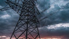 Dag aan nachttijdspanne van machtslijnen met hoog voltage stock footage