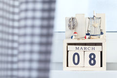 Dag acht van de internationale Vrouw van houten de kubussenkalender van Maart met kustdecoratie Stock Foto