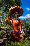 Dag av det döda kvinnaskelettet på den Disneyland allhelgonaaftonen royaltyfri fotografi