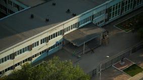 Dag 4 de de schoolbouw van de verhaalbaksteen dorm, de dalingsherfst, hoogste mening stock footage