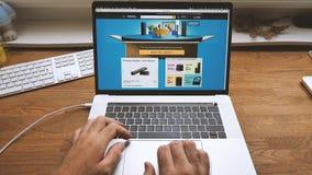 Dag för början för amason för POV-manshopping på att bläddra för bärbar dator stock video
