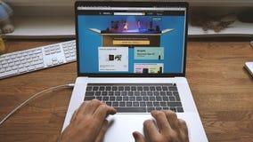 Dag för början för amason för POV-manshopping på bärbara datorn på UK-websiten lager videofilmer