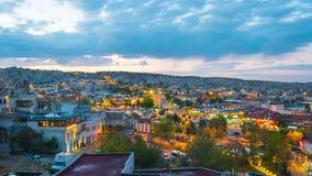 Dag för Cappadocia stadshorisont till nattetidschackningsperioden i Goreme, Turkiet arkivfilmer