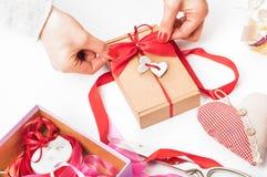 Dag för förpackande för valentin` s ` s för dag, för moder eller födelsedaggåva val Arkivfoto