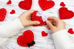 Dag för förpackande för valentin` s ` s för dag, för moder eller födelsedaggåvor Gåva för hjärta för dag för valentin` s på en tr Arkivbild