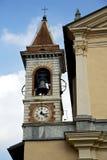 Dag för gammal abstrakt klocka för kyrkligt torn för Somma lombardo solig Arkivbilder