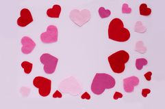Dag för kortvalentin` s Röda och rosa hjärtor på ett ljus - rosa bakgrund Royaltyfri Foto